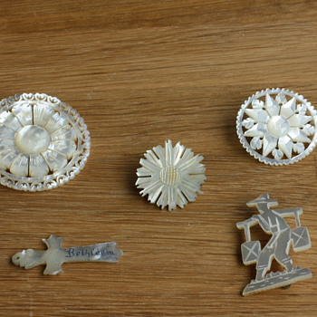 Mother of pearl pendant and brooches - Fine Jewelry