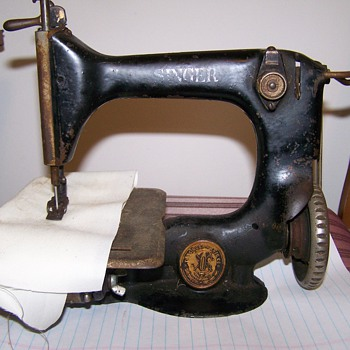 Singer Sewing Machine  24-13, 573104 Can someone help me ID this machine. - Sewing
