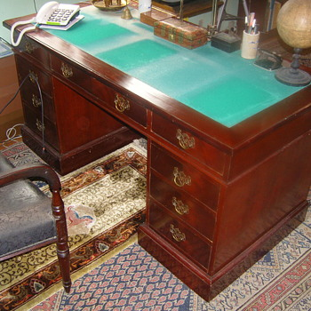 Victorian mahogany pedestal desk - Furniture