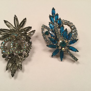 D & E PETITE BROOCHES - Costume Jewelry