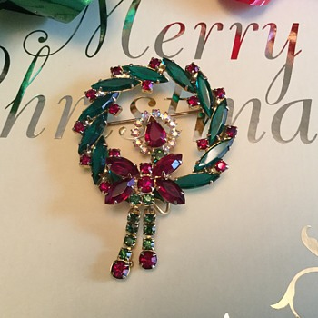 D & E CHRISTMAS WREATH...one to go!! - Costume Jewelry