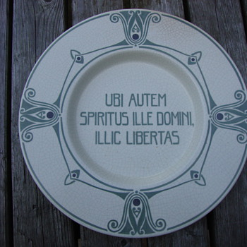plte with latin saying by distel amsterdam