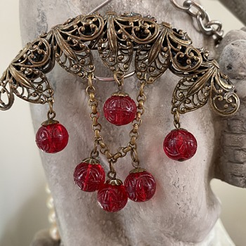 1930's brooch? Red carved glass beads - Fine Jewelry