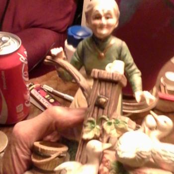 Ceramic, grandma pumping for four ducks. 5inches - Figurines