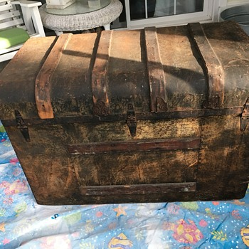 Wood and metal trunk - Furniture