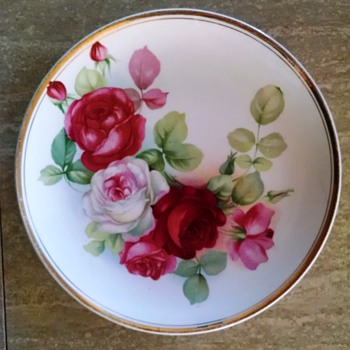 Mystery plate, beautiful roses design - China and Dinnerware