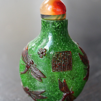 Amber Dragonflys Over Green Snowflake Glass Snuff Bottle