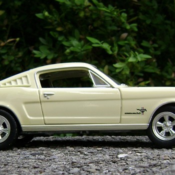 1 / 25 Scale Johnny Lightning Ford Mustang - Classic Cars