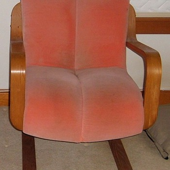 Does anyone know the manufacturer of this chair? - Furniture