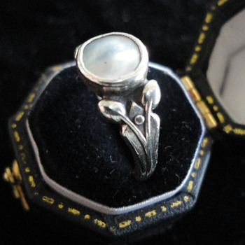 British Arts & Crafts mother of pearl silver ring c. 1900