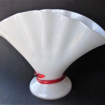 The fans have it lately - Unusual short squat Kralik fan vase with red glass snake. - Art Glass