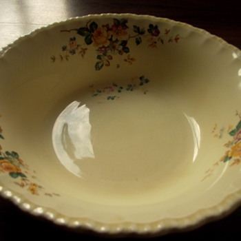Pretty designed large bowl of some sort... - China and Dinnerware