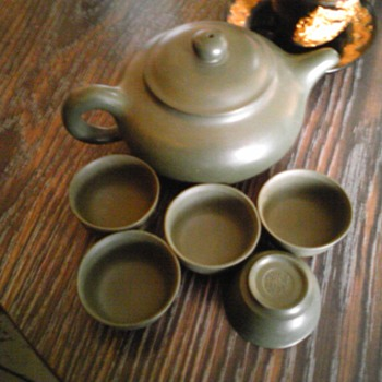 Yixing Motoyama clay teapot with matching cups - Asian