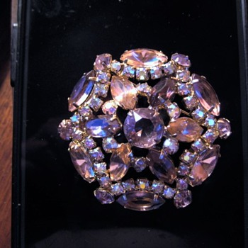 new photos - Beautiful Brooch Could it be ??? - Costume Jewelry