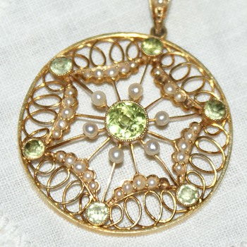 Edwardian 15ct Gold, Peridots and Seed Pearls Pendant