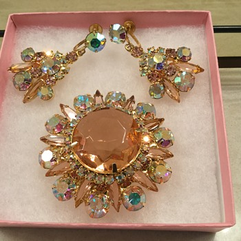 D & E PINK CHAMPAGNE BROOCH - Costume Jewelry