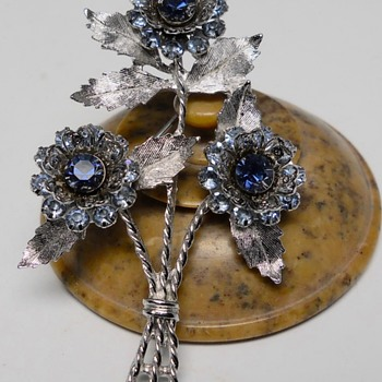 Sarah Coventry Flowers Brooch, 20 Century  - Costume Jewelry