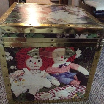 My collectible raggedy Ann and Andy metal and wood toys box from the  70's , great colours  and vinil handles.