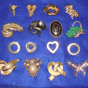 Huge Mixed Gold and Silver toned  Brooch and Pin lot.  - Costume Jewelry