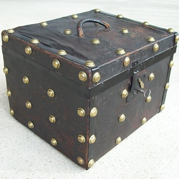 Leather covered small trunk or hat trunk, 1850's - Furniture