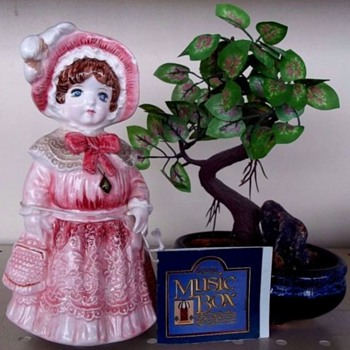 OLD FASHIONED MUSIC BOX,PORCELAIN, PLAYS AN OLD WALTZ - Music Memorabilia