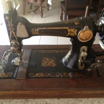 DUCHESS Hand Crank Sewing Machine - Sewing