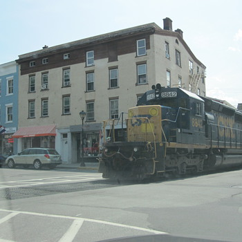 """CSX """"street running"""" in the amazing antiques town of Hudson NY - Railroadiana"""