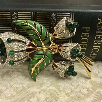 Pretty Trembler brooch - Costume Jewelry