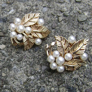 Vintage Crown Trifari Leaf Earrings - Costume Jewelry