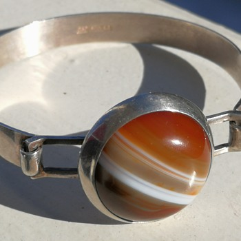 Modernist silver bangle with banded agate - Fine Jewelry