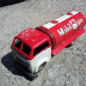 Unkown Maker ( Haji ?) Japanese Tin Mobilgas Friction Truck - Model Cars