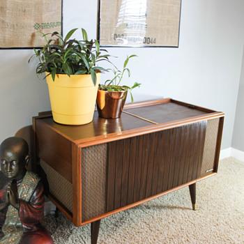 Magnavox Micromatic Record Player Console Model 1SC601 - Furniture