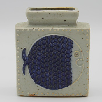 A fishy Japanese pottery vase  - Asian