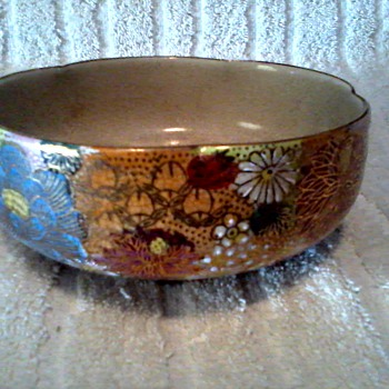 Pretty Little Satsuma Bowl / Chrysanthemums with Gilt Accents / Circa 1940's - Asian