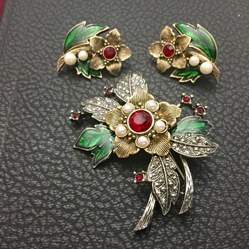 Flower brooch and earrings - Costume Jewelry