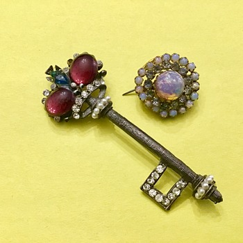 2 cute brooches - Costume Jewelry