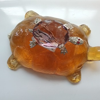 Kramer turtle brooch, Pilgrim Glass amber turtle  - Art Glass