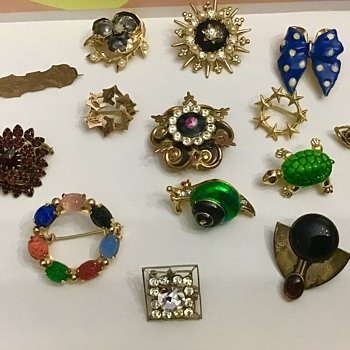 Cute lot of scatter brooches - Costume Jewelry