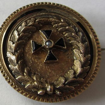 Please help identify this antique solid gold pin