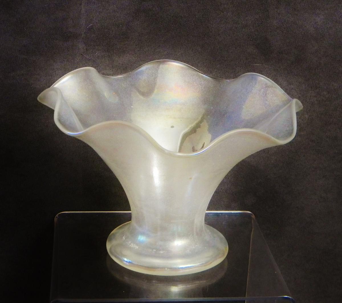 art deco stueben carder fluted verre de soie ruffled vase shape 354 collectors weekly. Black Bedroom Furniture Sets. Home Design Ideas