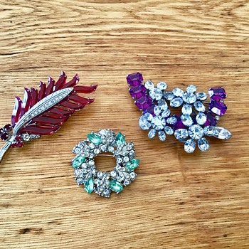 Colored brooches - Costume Jewelry