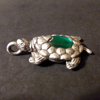 Roger Wheeler turtle pendant, 1997 - Costume Jewelry