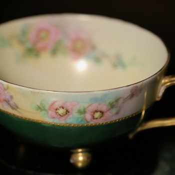 Teacup with 3 ball feet - European? - Pottery