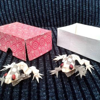 Little Paper/Reed/Straw Frogs,Oriental ? - Paper