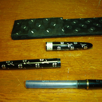 Old sheaffers ladies pen with clip on case. - Pens