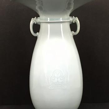 Makuzu Kozan Vase with Wish granting jewel motif (Hoju-no-Tama) in moriage. - Asian