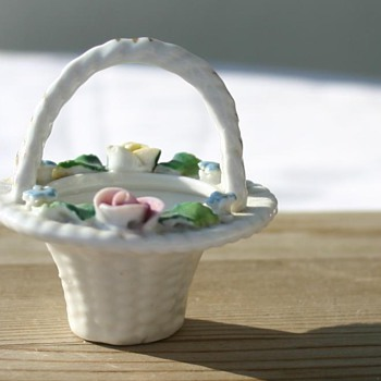 Beautiful tiny Porcelain Basket - Need help identifying please :) - Pottery