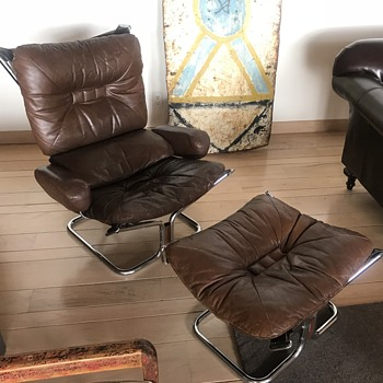 "Unidentifiable ""falcon-like"" chair  - Mid-Century Modern"