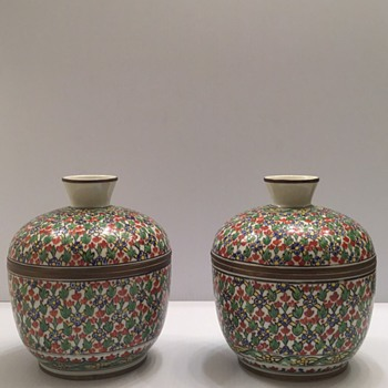 Chinese Wucai porcelain covered bowls with copper rims for Siam's marquet ?