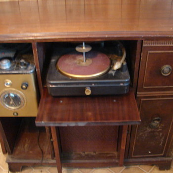 I have here a 1949 silvertone I have no ideal the value on it. - Radios